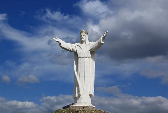 Tượng Chúa Kitô Vua Christ the King, Ba Lan: Bức tượng nổi tiếng này nằm ở thành phố Świebodzin, phía tây Ba Lan, được hoàn tất năm 2010. Tính cả phần đế, bức tượng có chiều cao 52,5 m, đạt kỷ lục tượng chúa Jesus cao nhất thế giới.