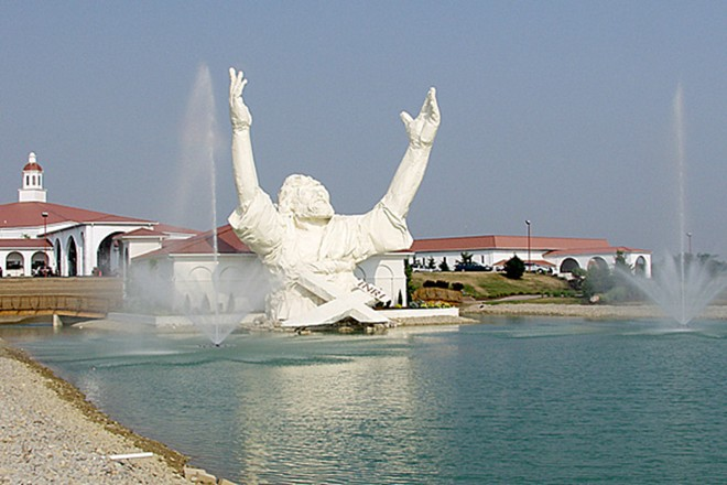 Tượng Vua của các vị vua và tượng Lux Mundi, Ohio, Mỹ: Tượng Vua của các vị vua cao 19 m được xây dựng vào năm 2004 và bị sét phá hủy vào năm 2010.