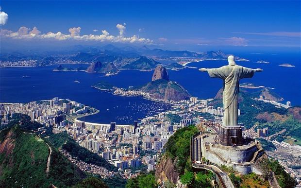 Tượng Chúa Cứu Thế, Rio de Janeiro, Brazil: Đây là tượng chủa Jesus nổi tiếng nhất thế giới, đồng thời cũng là tượng theo phong cách Art Deco lớn nhất. Tượng Chúa cứu thế ở Rio de Janeiro lớn thứ 5 thế giới với chiều cao 30 m, chưa bao gồm 8 m phần đế. Sải tay của tượng dài tới 28 m. Tượng được đặt trên đỉnh núi Corcovado ở độ cao 700 m và đã trở thành biểu tượng nổi tiếng nhất của Rio de Janeiro.