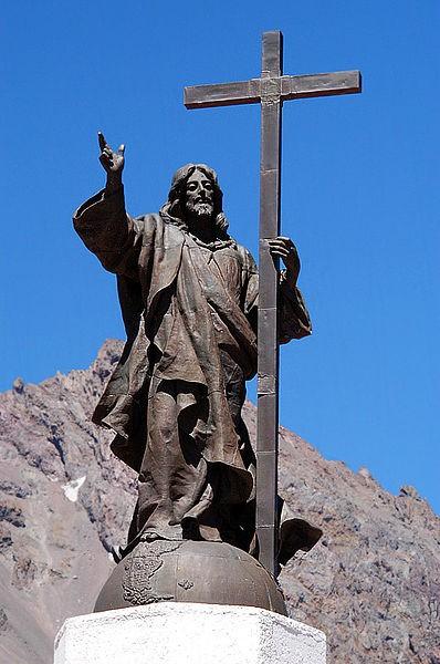Tượng Chúa Cứu Thế, biên giới Chile - Argentina: Nằm ở độ cao 3.832 m so với mực nước biển, nơi cao nhất của con đường giữa thành phố Mendoza của Argentina và thành phố Santiago của Chile, bức tượng tuyệt đẹp này được xây dựng vào năm 1904 để đánh dấu sự thỏa hiệp về biên giới giữa Argentina và Chile.